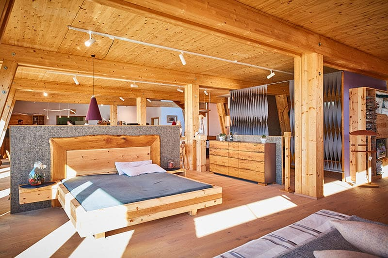 Zirbenbett Sera mit Eicherahmen und Waldkante im Schlafstudio der Schreinerei Bauereiß in Bad Windsheim