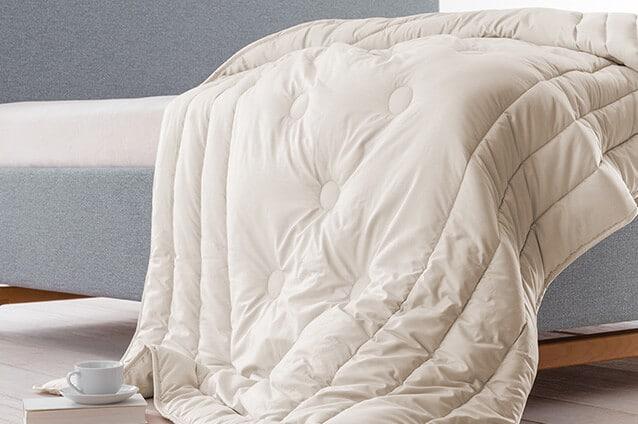 Decke von Dormiente auf einem Polsterbett