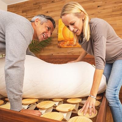 Mann und Frau begutachten das Relax 2000 Schlafsystem