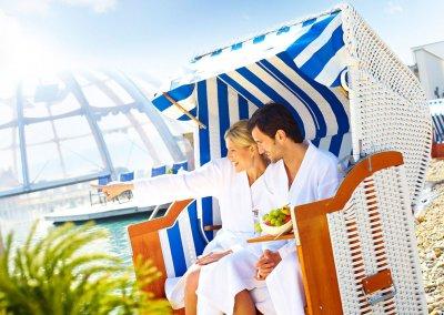 Mann und Frau im Strandkorb an der Franken Therme Bad Windsheim