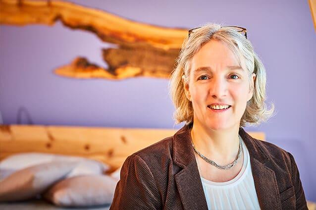 Zertifizierte Schlafberaterin Birgit Bauereiß im Showroom