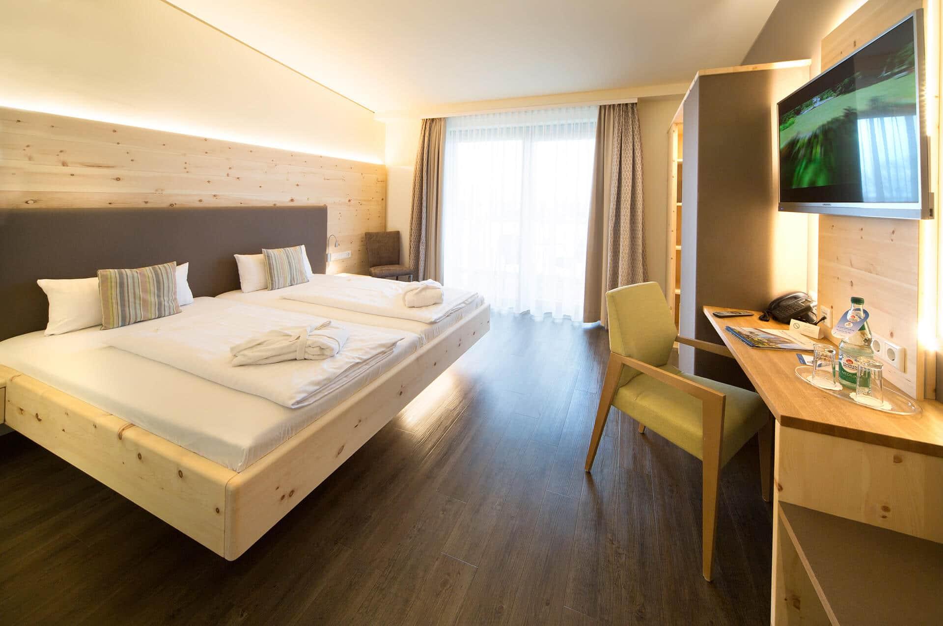 Zirbenzimmer mit Zirbenbett und Zirbenschrank im Vital Hotel an der Therme in Bad Windsheim von der Schreinerei Bauereiß Schlafwelt mit Relax 2000 Bettsystem