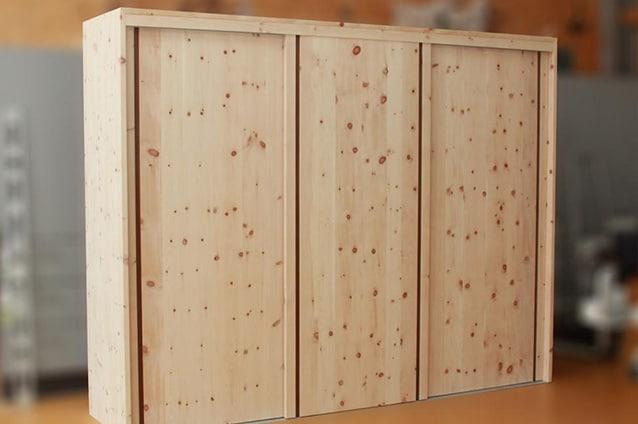 Zirbenholz-Kleiderschrank mit Schiebetüren und Griffleistenassiver Zirbe mit 3 Schiebetüren