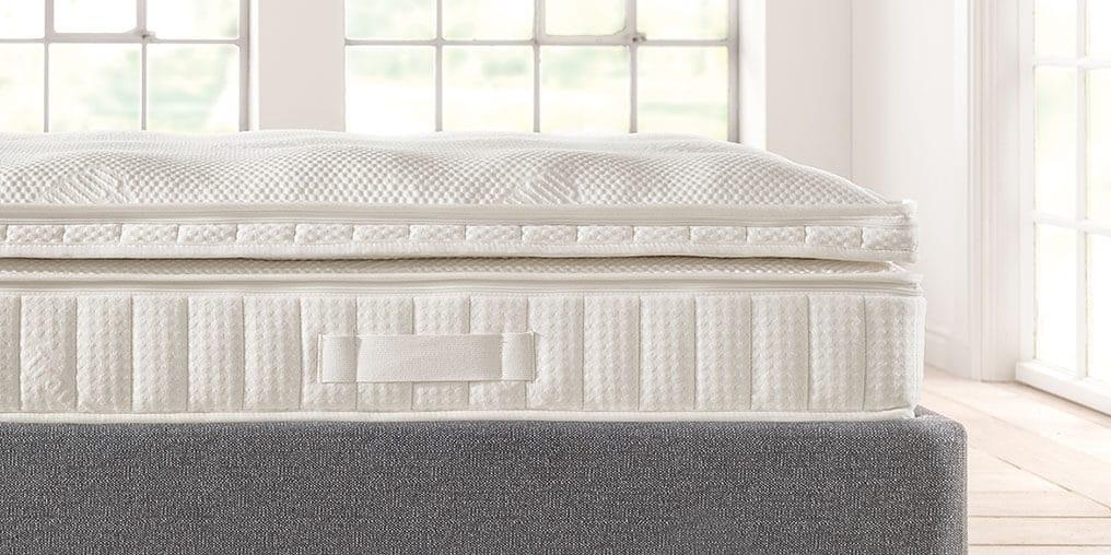 dormiente Matratzen Topper Sinsible auf einer Matraze in einem Futonbett
