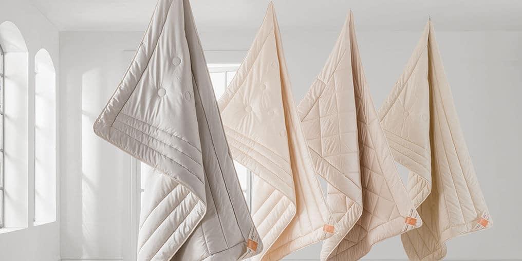 Dormiente Zudecken hängen in einem Altbau von der Decke