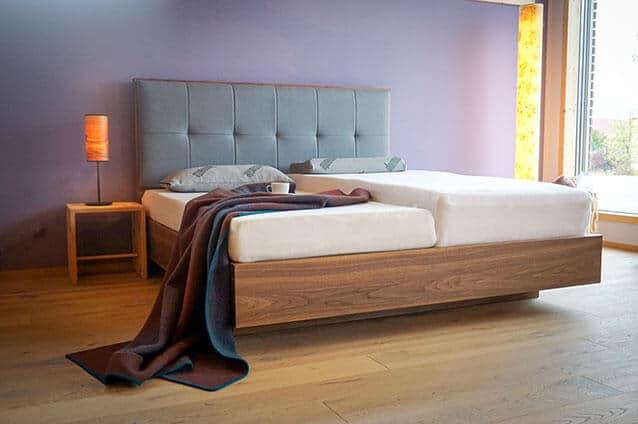 Zirbenholzbett mit furnierten Nußbaum mit ProNatura Woodspring mit Roros-Decke