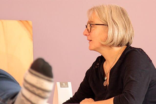 Schlafexpertin Birgit Bauereiß berät eine Frau bei einer persönlichen Schlafberatung auf einem ProNatura Schlafsystem