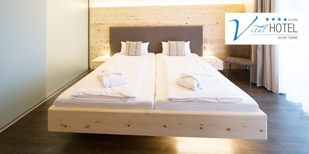 Zirbenbett mit Hey-Sign Filz-Polster und Relax 2000 Schlafsystem im Vital Hotel an der Therme in Bad Windsheim