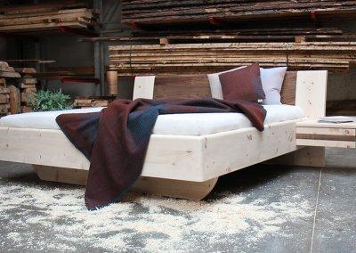 Zirbenbett Modell Vesa mit Kopfteil aus Nussbaum und mit Nachtkästchen