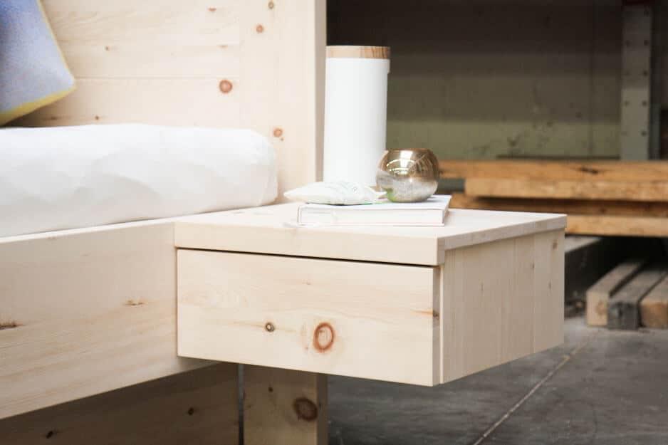 Nachttisch aus Zirbenholz mit einer Schublade beim Zirbenbett Aqua