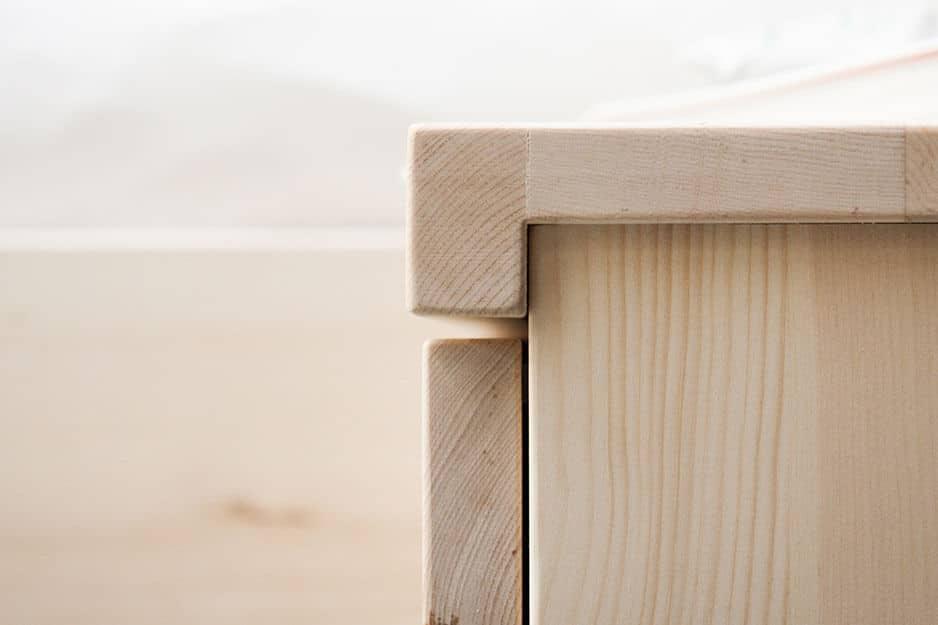Seitenansicht Zirbenholz Nachttisch mit Schublade