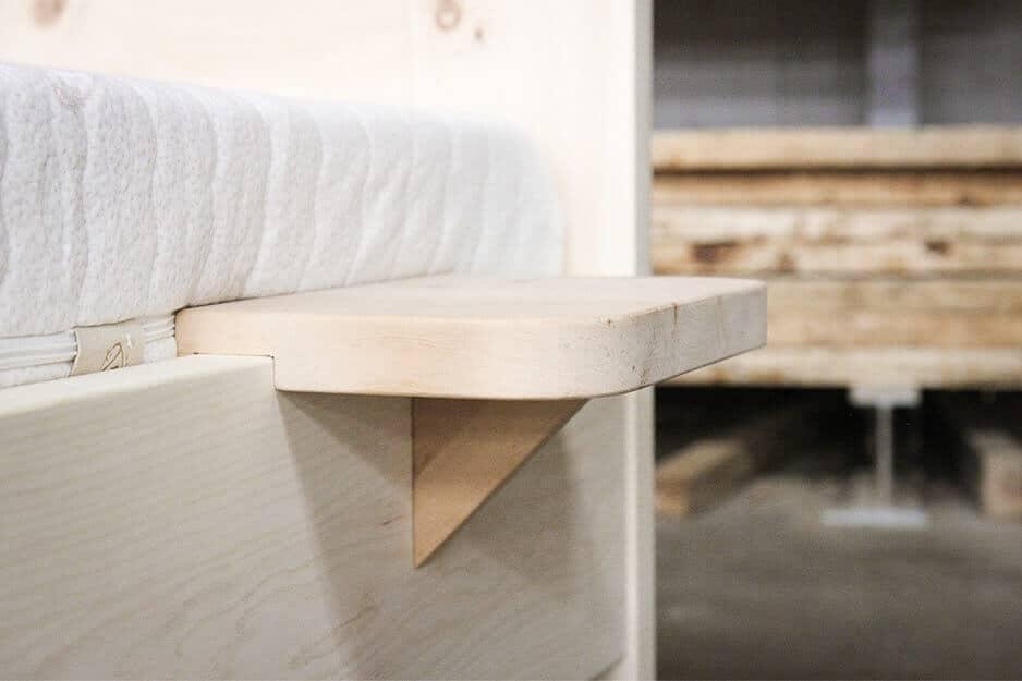 Eingehängter Nachttisch aus Zirbe