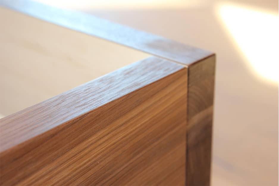 Eckteil vom Zirbenbett Arcano - zirbenholz mit nussbaum furniert