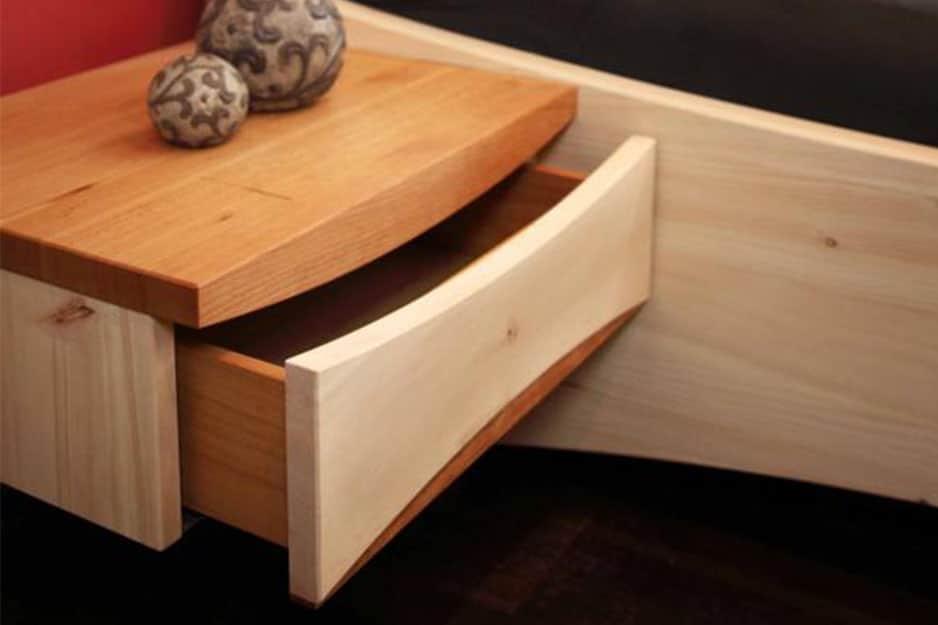 Zirbenholz-Nachttisch mit Kirschbaum und einer Schublade