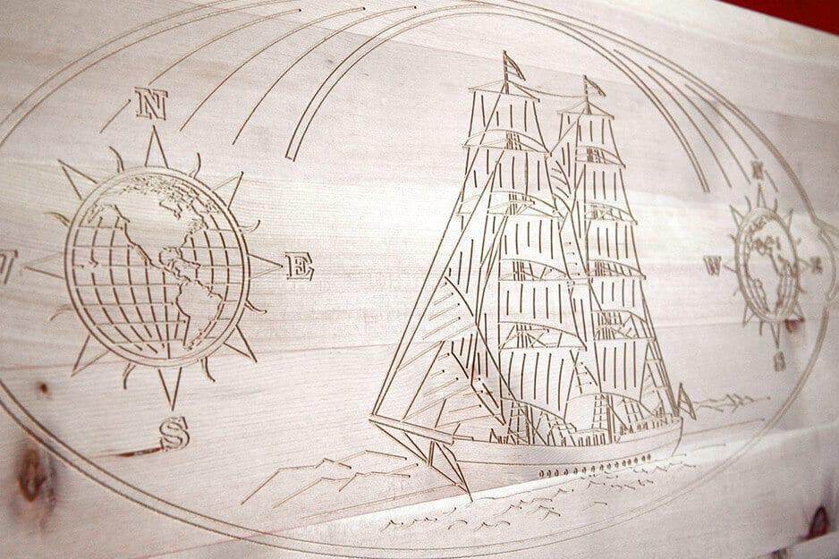 Einfräsung eines Segelschiffs im Kopfteil vom Zirbenbett Somnus