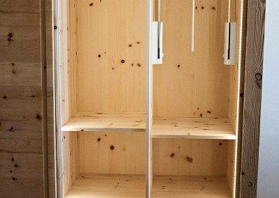 Garderobenlift, Kleiderstanke und Schubkästen im Kleiderschrank mit LED-Beleuchtung