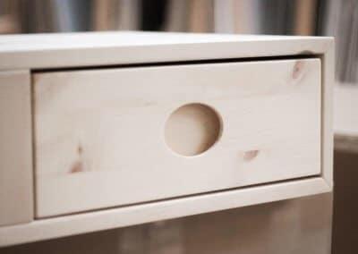 Nachttisch mit einer Schublade und Girffmulde