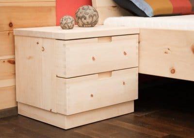 Nachttisch aus Zirbenholz mit zwei Schubladen