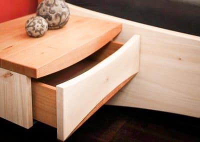 Nachttisch aus Zirbenholz und Kirschbaum mit einer Schublade