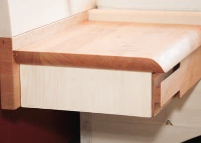 Nachttisch aus Zirbenholz und Kirschbaum mit einer Schublade schwebend