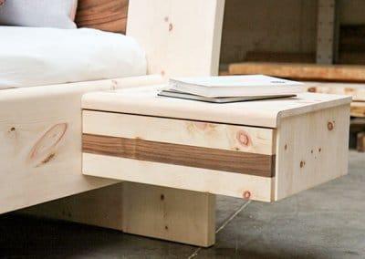 Nachttisch mit Nussbaum und einer Schublade vom Zirbenbett Vesa