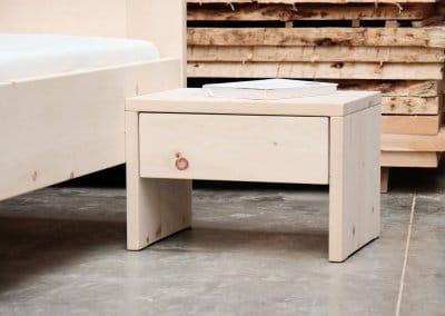 Nachttisch aus Zirbenholz mit einer Schublade freistehend