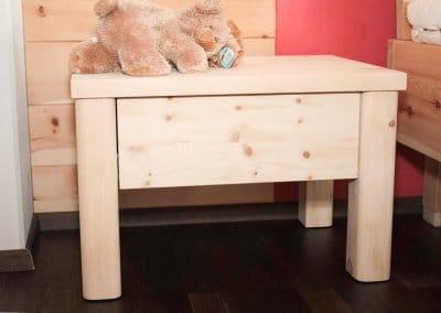 Nachttisch mit einer Schublade aus Zirbenholz