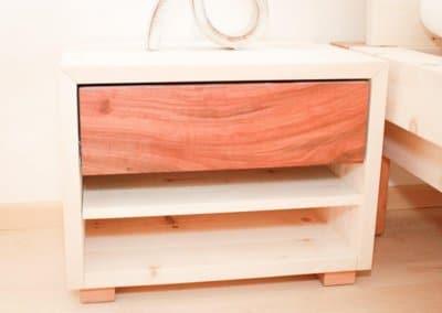 Nachttisch aus Zirbenholz und Kirschbaum mit einer Schublade und zwei Ablagefächern