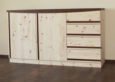 Zirbenholzkommode mit Nussbaum-Design-Element, Schubladen und Türen