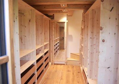 Begehbarer Schrank aus Zirbenholz im Ankleidezimmer