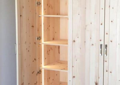 LED-Beleuchtung in einem Kleiderschrank aus Zirbe