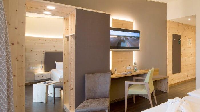 Begehbarer Schrank aus Zirbenholz mit Filzverkleidung und Spiegel