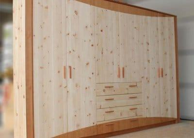 Einbauschrank aus Zirbe mit Kirschbaum-Designelementen