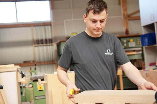Schreiner fertigt Massivholzmöbel