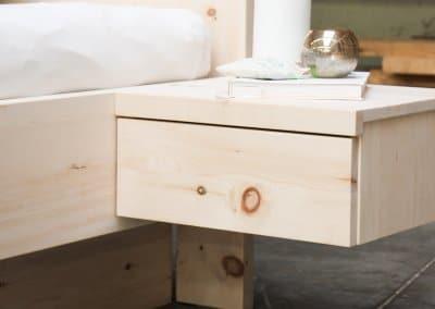 Nachttisch aus Zirbenholz