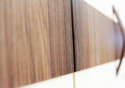 Nussbaumeinsatz im Zirbenholzschrank
