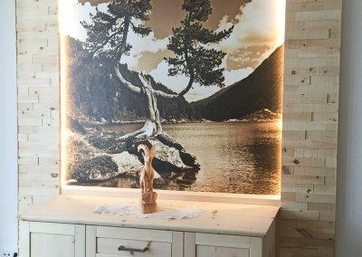 Sideboard aus Zirbenholz mit Wandverkleidung aus Zirbenholz und großem Bild von Zirbenkiefern und einem See in der Mitte