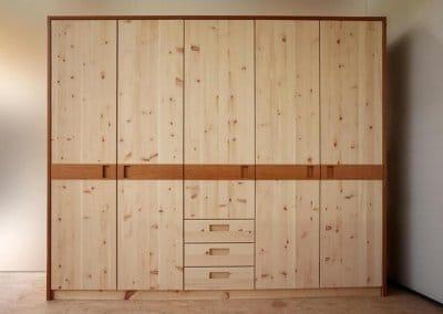 Kleiderschrank aus Zirbenholz mit Türen und Schubkästen und Kirschbaum-Korpus
