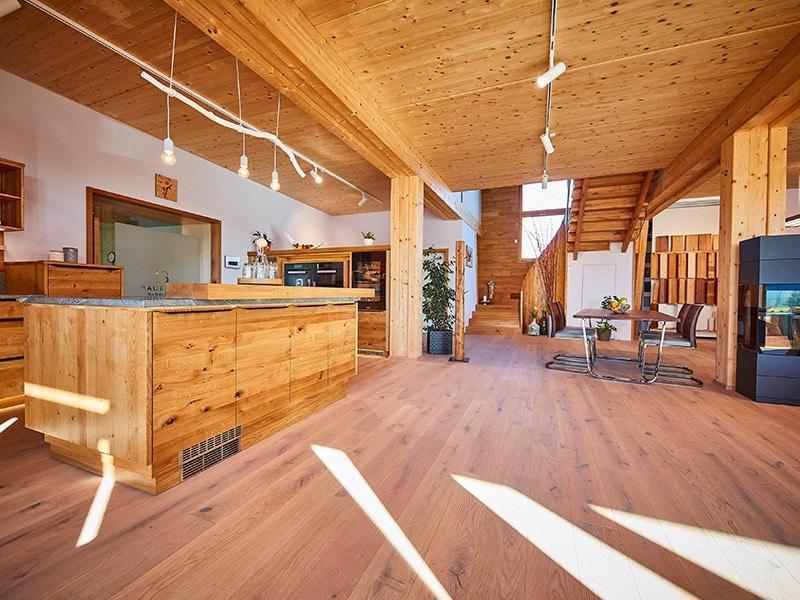Eiche Massivholzküche mit Tresen und Küchenblock im Showroom der Schreinerei Bauereiß in Bad Windsheim