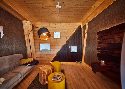 Chilllounge mit Shou-sugi-ban und Altholz-Bar im Showroom der Schreinerei Bauereiß in Bad Windsheim