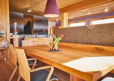 Eiche Massivholz-Esstisch im Showroom der Schreinerei Bauereiß in Bad Windsheim