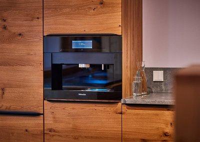 Miele Kaffeevollautomat in der Eiche Massivholzküche im Showroom der Schreinerei Bauereiß in Bad Windsheim