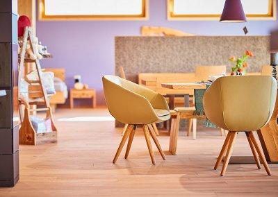 Esszimmertisch und Lederstühle im Showroom der Schreinerei Bauereiß in Bad Windsheim