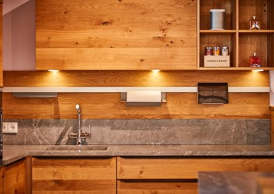 Eiche Massivholzküche mit Steinarbeitsplatte im Showroom der Schreinerei Bauereiß in Bad Windsheim