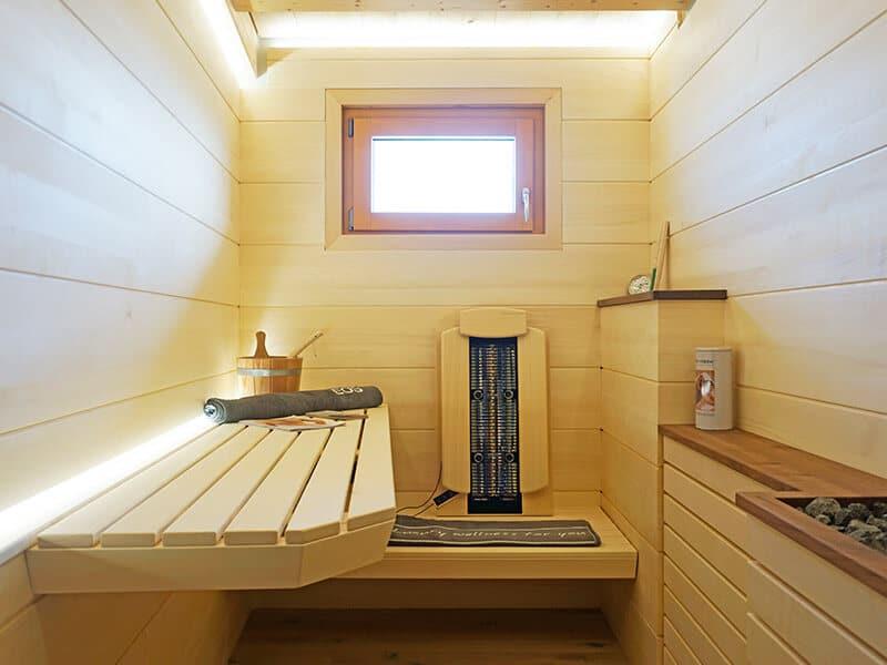 Sauna mit Espe Bigboards und schwebender Bank im Showroom der Schreinerei Bauereiß in Bad Windsheim
