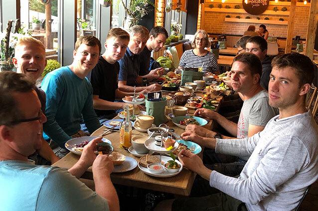 Team der Schreinerei Bauereiß beim Frühstück