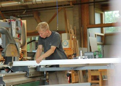 Schreiner schneidet Holz an Kreissäge zu