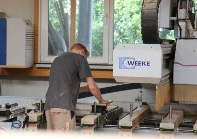 Schreiner arbeitet am CNC-Holz-Bearbeitungszentrum
