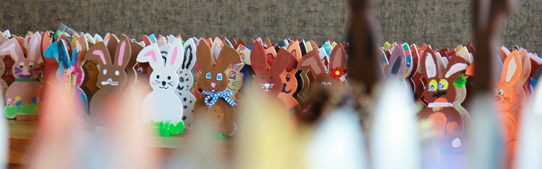 Bemalte Osterhasen der Osterhasen-Aktion der Schreinerei Bauereiß in Zeiten von Corona