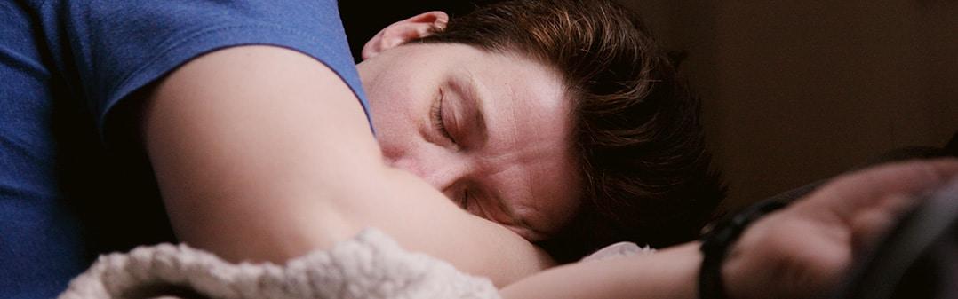Mann schläft die Nacht durch dank Natürlichen Materialien